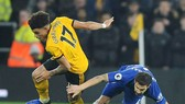 Morgan Gibbs-White (17, Wolverhampton) vượt qua Fabregas của Chelsea. Ảnh: AP