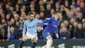 Manchester City (trái) mất ngôi đầu bảng sau trận thua Chelsea 0 - 2