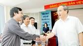 Bí thư Thành ủy TPHCM Nguyễn Thiện Nhân với các đại biểu tại buổi làm việc. Ảnh: CAO THĂNG