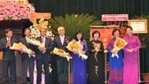 Chủ tịch Quốc hội Nguyễn Thị Kim Ngân trao danh hiệu Anh hùng LLVTND cho Ban dân y Trung ương cục miền Nam. Ảnh: VIỆT DŨNG