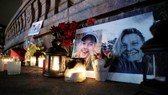 Hoa và nến tưởng niệm 2 nạn nhân Louisa Vesterager Jespersen và Maren Ueland tại Quảng trường Tòa Thị chính ở Copenhagen, Đan Mạch, ngày 28-12-2018. Ảnh: REUTERS