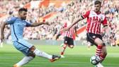 Manchester City (trái) quyết thắng Southampton để vượt mặt Tottenham