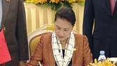 Chủ tịch Quốc hội Nguyễn Thị Kim Ngân ký thông cáo chung của Hội nghị APPF – 27. Ảnh: TTXVN