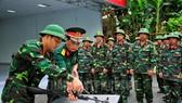 Huấn luyện tháo lắp súng cho học viên đào tạo Sĩ quan dự bị Y tế tại Trường Quân sự TPHCM. Ảnh: hcmcpv