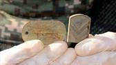 Tấm thẻ quân nhân và phù hiệu được tìm thấy cùng bộ hài cốt được cho là của một binh sĩ Hàn Quốc tử trận trong Chiến tranh Triều Tiên 1950-1953 tại Khu phi quân sự (DMZ) ở biên giới hai miền Triều Tiên, ngày 24-10-2018. Ảnh: Yonhap/TTXVN