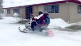 Dùng xe trượt tuyết giao thuốc đến bệnh nhân