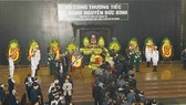 Đoàn đại biểu Hội đồng Lý luận Trung ương viếng đồng chí Nguyễn Đức Bình. Ảnh: TTXVN