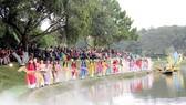 Biểu diễn thời trang tơ lụa Bảo Lộc bên bờ hồ Xuân Hương cuối tháng 12-2018. Ảnh: Nam Viên