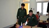Quân y BĐBP tỉnh Thừa Thiên – Huế thăm khám sau khi tiếp nhận 9 thuyền viên bị nạn.