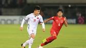 cầu thủ bóng đá Nguyễn Quang Hải (trái)