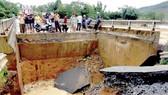 Mưa lũ làm sập cầu Tân Sơn trên quốc lộ 32 (tỉnh Phú Thọ)