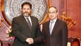 Bí thư Thành ủy TPHCM Nguyễn Thiện Nhân tiếp ông Carel Richter, Tổng Lãnh sự Hà Lan tại TPHCM   Ảnh: HOÀNG HÙNG