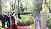 Chủ tịch Quốc hội Nguyễn Thị Kim Ngân đặt hoa tưởng niệm Chủ tịch Hồ Chí Minh tại Công viên Montreau, thành phố Montreuil. Ảnh: TTXVN