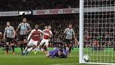 Ramsey (áo đỏ, phải) sút tung lưới Newcastle, mở tỷ số 1 - 0 cho Arsenal.