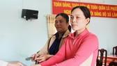 Hai người nhặt được vàng nhận tiền chia vàng từ chính quyền xã Phước Hưng.