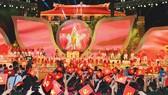 Biểu diễn nghệ thuật trong chương trình Nguồn sáng dẫn đường tại đầu cầu TPHCM. Ảnh: Việt Dũng