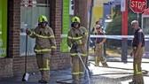 Nhân viên cứu hỏa dọn dẹp hiện trường sau khi xảy ra vụ nổ súng bên ngoài một câu lạc bộ ban đêm ở Melbourne, Australia ngày 14-4.
