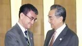 Ngoại trưởng Nhật Bản Taro Kono (trái) và người đồng cấp Trung Quốc Vương Nghị (phải) tại cuộc gặp ở Bắc Kinh, Trung Quốc ngày 14-4. Ảnh: Kyodo/TTXVN