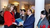 Thủ tướng Nguyễn Xuân Phúc làm việc với bà Ioana Madalina Lupea, tỉnh trưởng tỉnh Prahova. Ảnh: TTXVN
