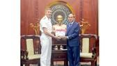 Đồng chí Nguyễn Thiện Nhân trao quà lưu niệm tặng Đô đốc Davidson