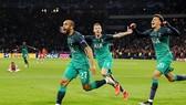 Lucas Moura (số 27) vui mừng sau khi ghi bàn thắng ấn định chiến thắng 3 - 2 cho Tottenham
