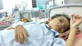 Cháu Trần Nguyễn Hà Vi đang được điều trị tại Bệnh viện Nhi đồng 2, TPHCM.