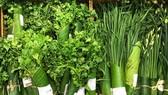 Xu hướng dùng lá chuối gói hàng hóa tại siêu thị. ẢNH: HOÀNG HÙNG