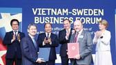 Thủ tướng Nguyễn Xuân Phúc và Thủ tướng Thụy Điển Stefan Löfven chứng kiến lễ trao Biên bản thỏa thuận hợp tác giữa hai nước. Ảnh: TTXVN