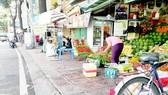 Lấn chiếm vỉa hè để bán hàng tại đường Trường Sa (quận Phú Nhuận)