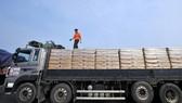 Xe tải của Hàn Quốc chở bột mì viện trợ cho Triều Tiên. Ảnh: TTXVN