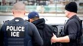 Cơ quan Thực thi di trú và hải quan Mỹ bắt người nhập cư bất hợp pháp
