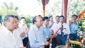 Thủ tướng Nguyễn Xuân Phúc dâng hương tri ân các Anh hùng liệt sĩ tại thôn Phương Nghệ (tỉnh Quảng Nam). Ảnh: TTXVN