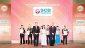 Đại diện SCB nhận giải