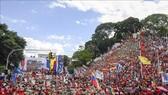 Người dân tham gia tuần hành phản đối các biện pháp trừng phạt của Mỹ tại Caracas, Venezuela, ngày 10-8-2019