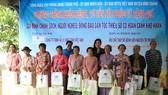 Bà Huỳnh Thị Lan Phương, Phó Tổng Giám đốc Công ty VWS tặng quà cho người dân xã Phong Phú và Đa Phước