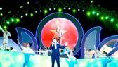 Ca sĩ Thế Vỹ biểu diễn ca khúc Dấu chân phía trước