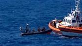 Người di cư trên tàu cứu hộ Open Arms được tàu tuần tra Tây Ban Nha giải cứu sau khi nhảy xuống biển ở khu vực ngoài khơi đảo Lampedusa của Italy ngày 20-8