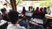 Người dân đối chiếu tên tuổi trong danh sách Đăng ký Công dân toàn quốc (NRC) tại huyện Morigoan, cách Guwahati, thủ phủ bang Assam (Ấn Độ) khoảng 70km ngày 31-8-2019. Ảnh: TTXVN