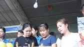 """Công nhân tham gia """"Ngày hội công nhân -Phiên chợ nghĩa tình"""" được lựa chọn sản phẩm hàng hoá được ưu đãi về giá. Ảnh: NLĐ"""
