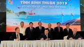 Phó Thủ tướng Thường trực Trương Hòa Bình chứng kiến ký kết thỏa thuận đăng ký đầu tư vào tỉnh Bình Thuận. Ảnh: VGP