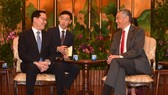 South Korean Defense Minister Song Young-moo (L) talks with Singaporean Prime Minister Lee Hsien Loong in Singapore on Jan. 29, 2018, in this photo released by Song's ministry. (Yonhap)