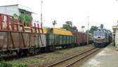 Xe lửa chạy tuyến Bắc - Nam đang qua ga Dĩ An, tỉnh Bình Dương
