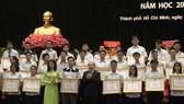Bà Nguyễn Thị Thu, Phó chủ tịch UBND TP và ông Hà Hữu Phúc, Vụ trưởng - Giám đốc Cơ quan đại diện Bộ GD&ĐT tại TPHCM trao bằng khen cho các em học sinh giỏi tiêu biểu