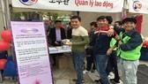 Người lao động tham gia tư vấn và nhận quà tặng tại quầy tư vấn Văn phòng. Ảnh: colab.gov.vn