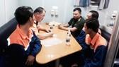 Lực lượng cứu nạn và biên phòng làm việc với các thuyền viên gặp nạn