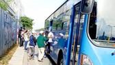 Hành khách phải đứng giữa trời nắng chờ xe buýt trên xa lộ Hà Nội (quận 2)