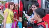 Niềm vui của gia đình công nhân khi được hỗ trợ về quê trên chuyến xe nghĩa tình. Ảnh: THÁI PHƯƠNG