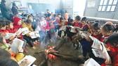 Học sinh Trường Tiểu học Tỏa Tình, huyện Tuần Giáo (Điện Biên), ôn bài bên lửa hồng
