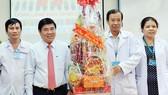 Chủ tịch UBND TPHCM Nguyễn Thành Phong tặng quà tết Bệnh viện Bệnh nhiệt đới