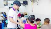 Sinh viên phục vụ tại quán cơm Nụ Cười 7